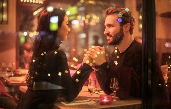 Romantisk par holder i hånd og nyder at have en kæreste