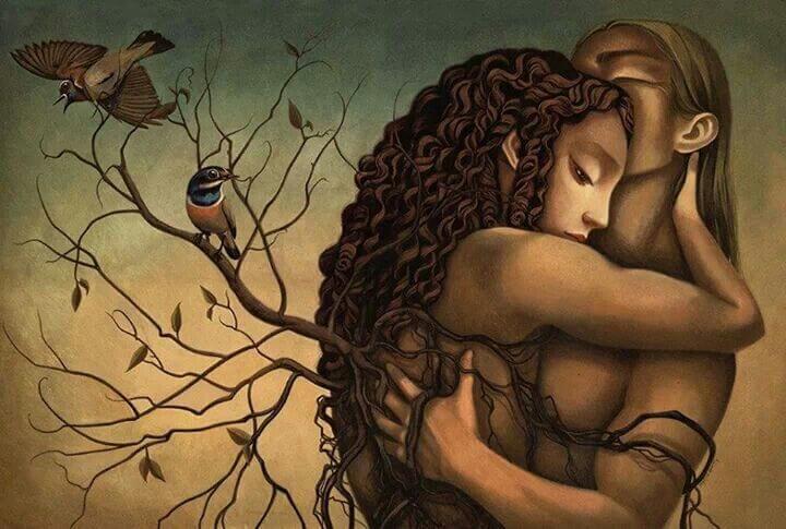 Par med grene på ryg, hvor der sidder en fugl, krammer og tænker, at det betyder ikke noget, hvem jeg var engang, for det er nuet, der tæller