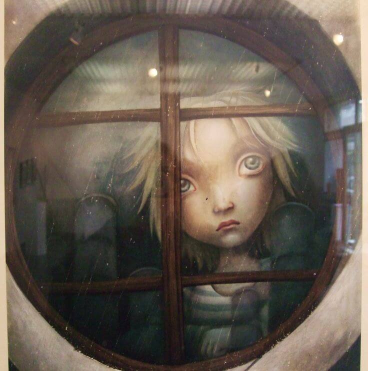 Kvinde, der oplever stille forringelse, kigger trist ud af vindue