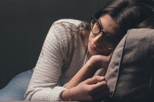 Kvinde med hovedet på en pude er trist over, at hun har svært ved at udtrykke følelser