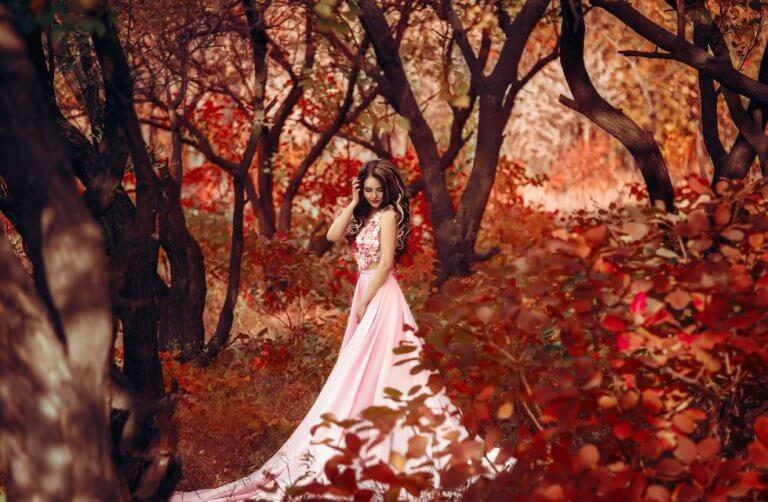 Selvsikker kvinde i skov