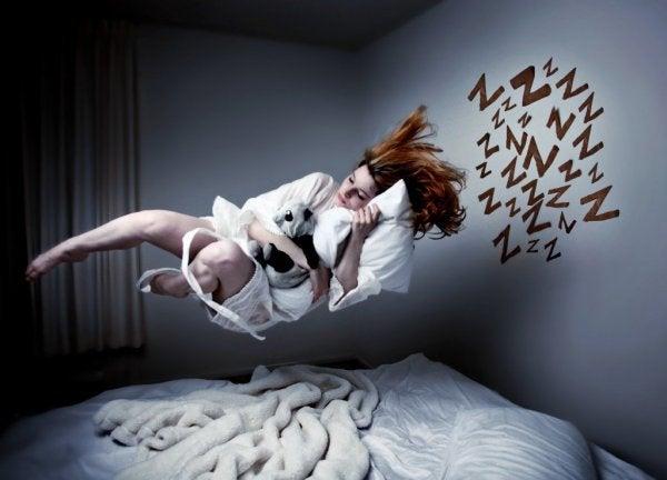 Kvinde, der svæver over seng, oplever tilbagevendende mareridt