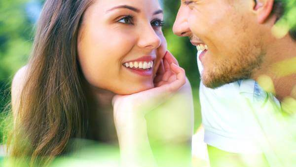 Kvinde læser følelser i øjne på mand