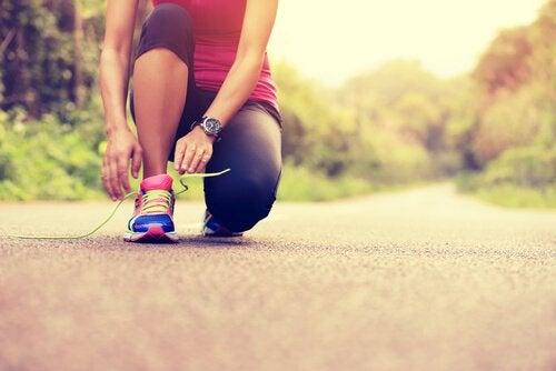Kvinde binder løbesko