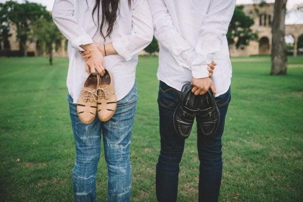 Par står med sko i hænderne