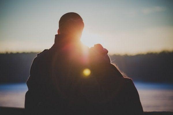 Par ser på oslnedgang og nyder at have en kæreste