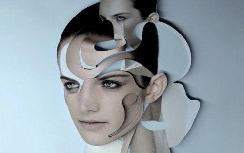 Kvindes ansigt forvrænget af spejle