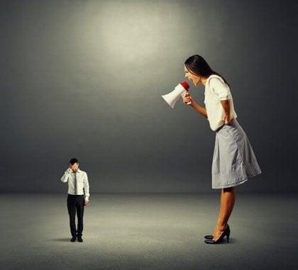 Kæmpe kvinde råber af lille mand som eksempel på hetero-aggressiv adfærd