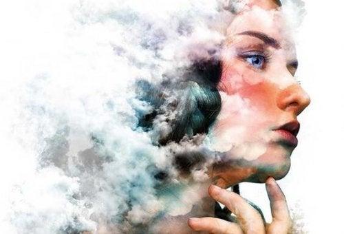 Tænkende kvinde med hoved i sky overvejer, hvordan man behandler følelser