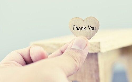 """Hjerte med teksten """"tak"""" symboliserer en magt bag ord"""