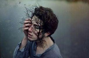 Træ vokser ud af mands ansigt
