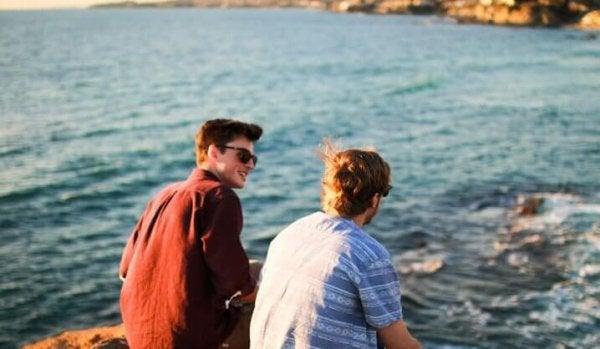 To venner ved vandet nyder fordelene ved en god rejsekammerat