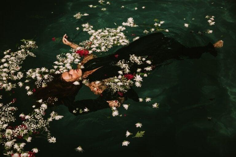 Kvinde flyder i vand for at styrke sin følelsesmæssige intelligens