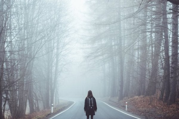 Person alene på tåget vej symboliserer, at du skal følge din intuition