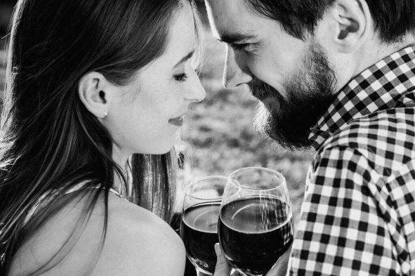 Par drikker vin og snakker om følelser