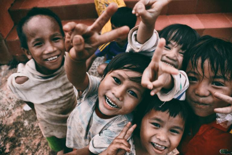 Glade børn smiler til kamera