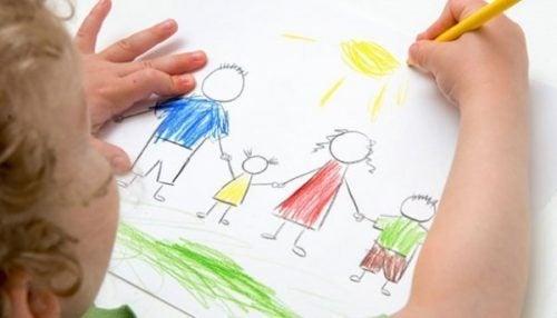 Børn tegner sin familie som en del af terapi