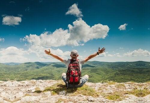 dreng på bjerg er besat af at rejse