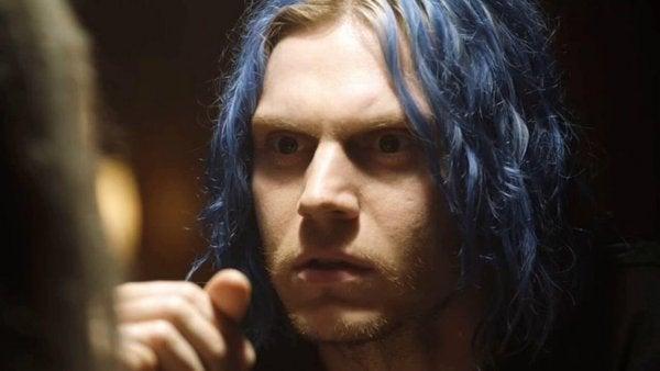 Person med blåt hår i serien American Horror Story