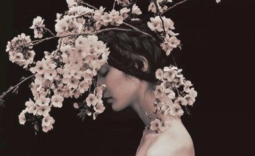 Kvinde med blomster på hoved