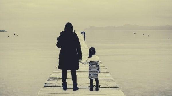 mor og datter på bro