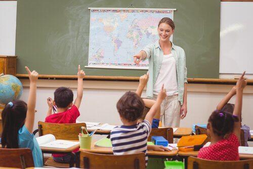 Lærer underviser elever som en del af vores uddannelsessystem