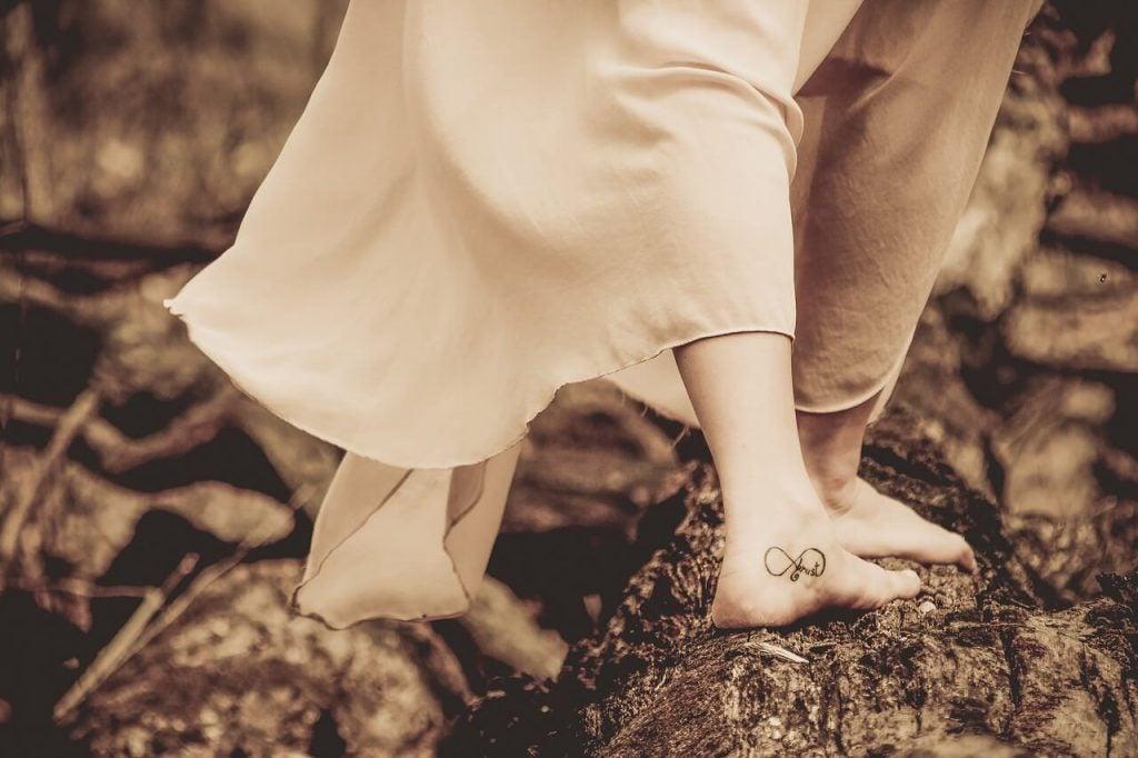 Bare fødder med tatovering på
