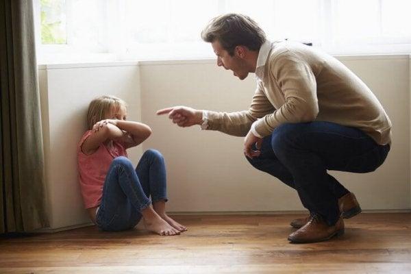 Far prøver at give datter den rette straf