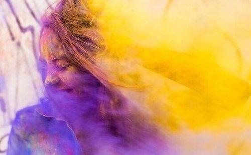 Kvinde med røg i lilla og gule farver