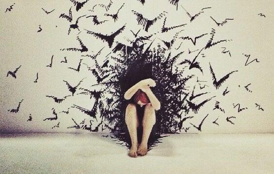 Fugle angriber kvinde som symbol for følelsesmæssig udmattelse