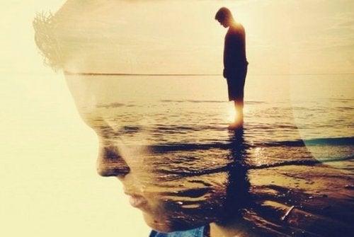 Mand ved vandkanten, som ser eftertænksom ud
