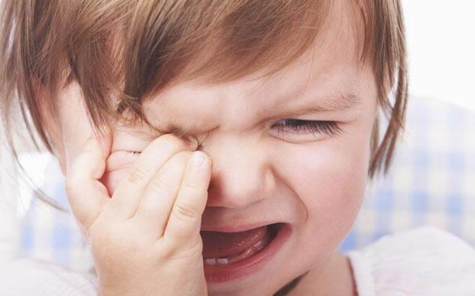 Barn græder og tørrer sine øjne