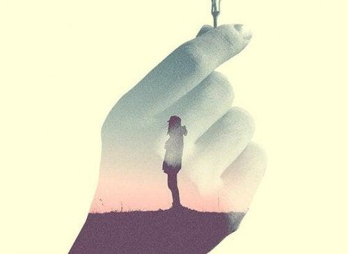 silhuet i hånd med nøgle