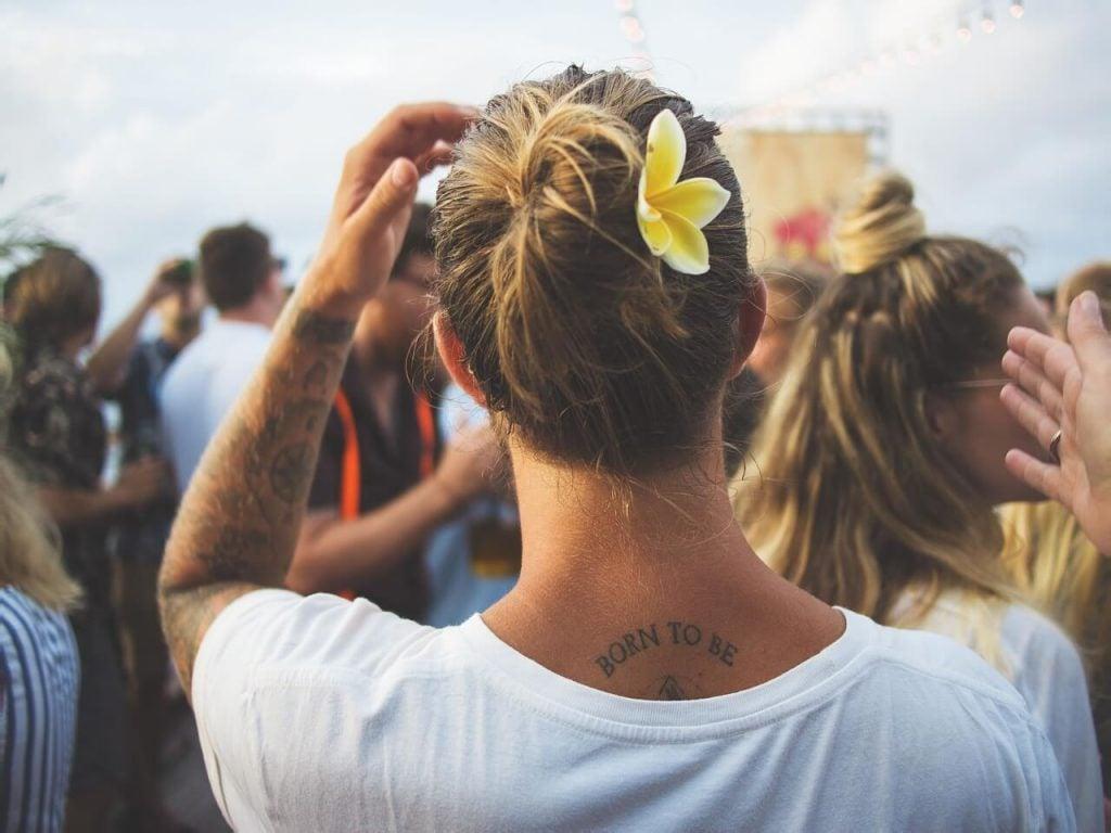 Mand med håret opsat og tatovering i nakken