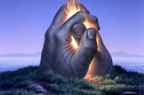 To sammenknyttede hænder med ild imellem