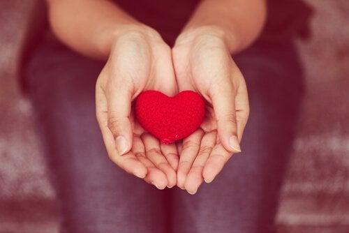 Giv fra hjertet: empatisk eller ikke-voldelig kommunikation