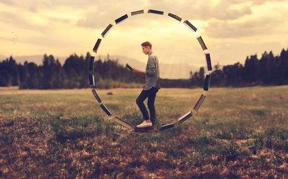 Mand går i sort hjul på mark