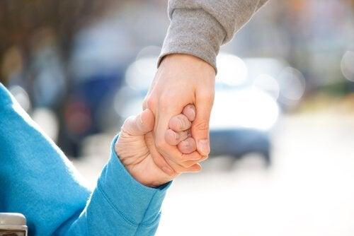 To hænder, der holder hinanden, symboliserer funktionel mangfoldighed