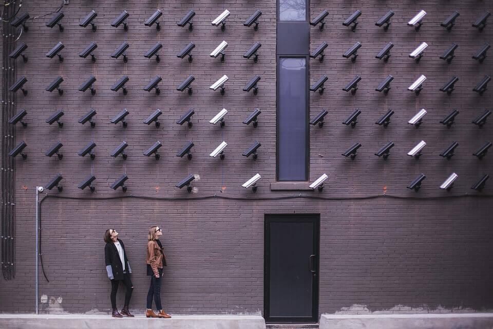 Mange kameraer på væg holder øje med mennesker på grund af social magt