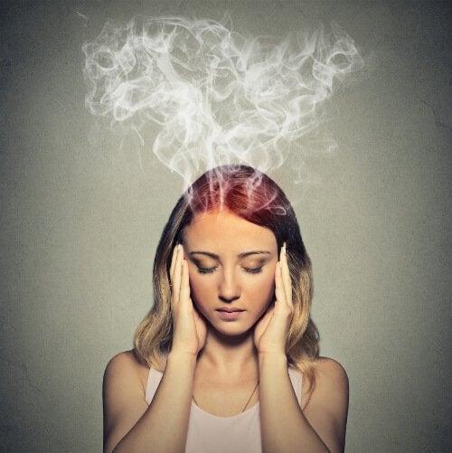 Kvinde oplever hjernetåge og dårlig koncentration