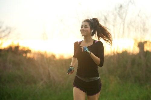 Kvinde løber og nyder mindfulness i sport