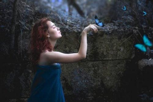 Kvinde i ro med blå sommerfugle