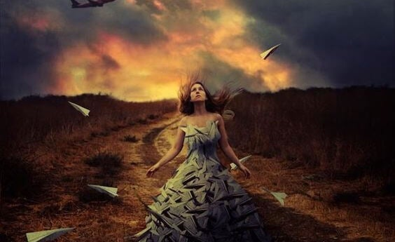Kvinde løber gennem ild som symbol for uløst følelsesmæssig lidelse