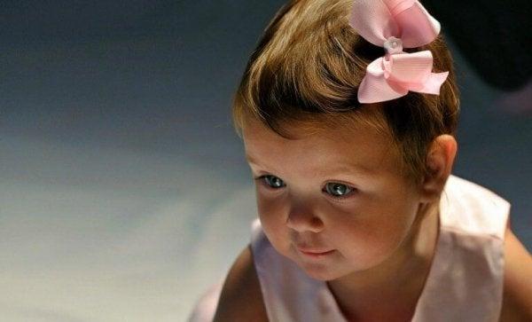 Lille pige med sløjfe i håret