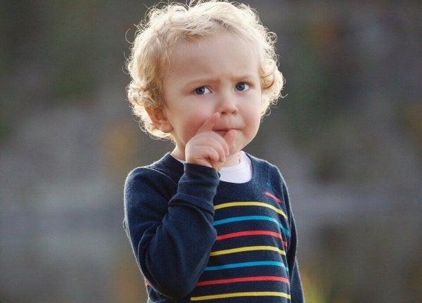 lille dreng tænker