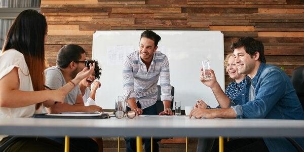 Personer holder møde om psykologi i reklamer