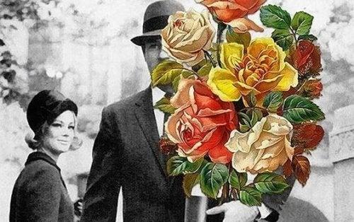 Mand med farverige blomster foran sig