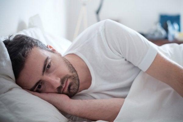 Mand ligger søvnløs efter personlighedsafslørende situation