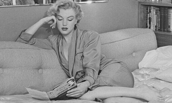 Monroe læser i sofa