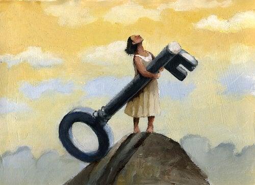 Kvinde står på bjergtop med nøgle
